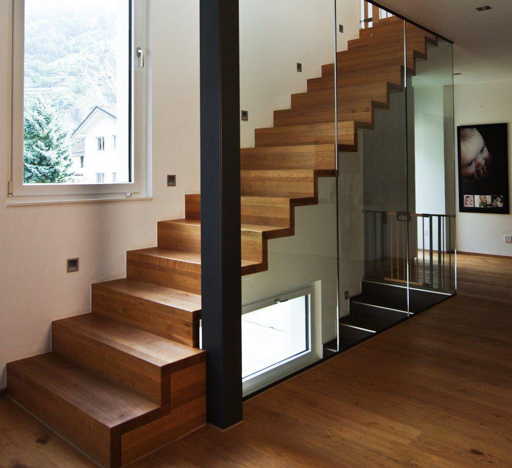 Escalier en bois moderne marche et contremarche avec gardecorps en verre toute hauteur Plus d