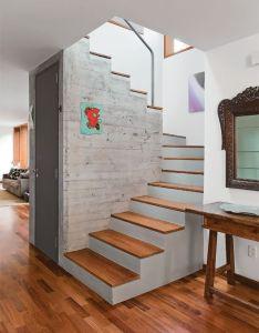 Erguida num novo lugar  escada abriga um lavabo no vao do lance superior also http expatcpa family room pinterest staircases rh