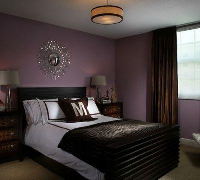 farbideen schlafzimmer einrichten lila wände dunkles bett | tapete