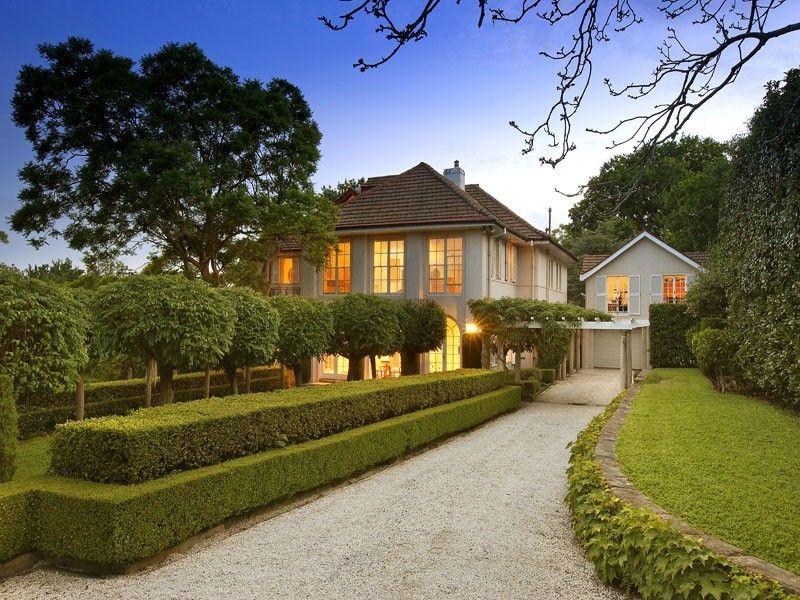 Classic & Elegant Garden Front Yard Garden Design Hedged