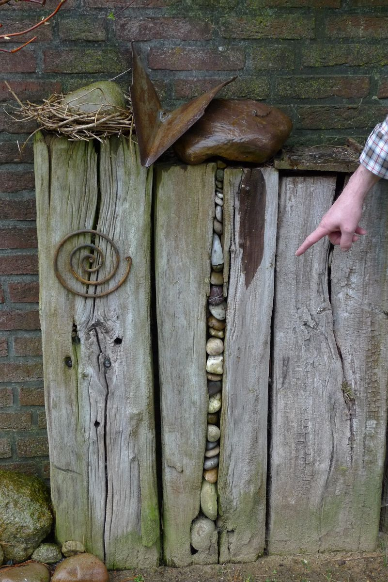 Kieselsteine im alten Holzbalken Garden Pinterest