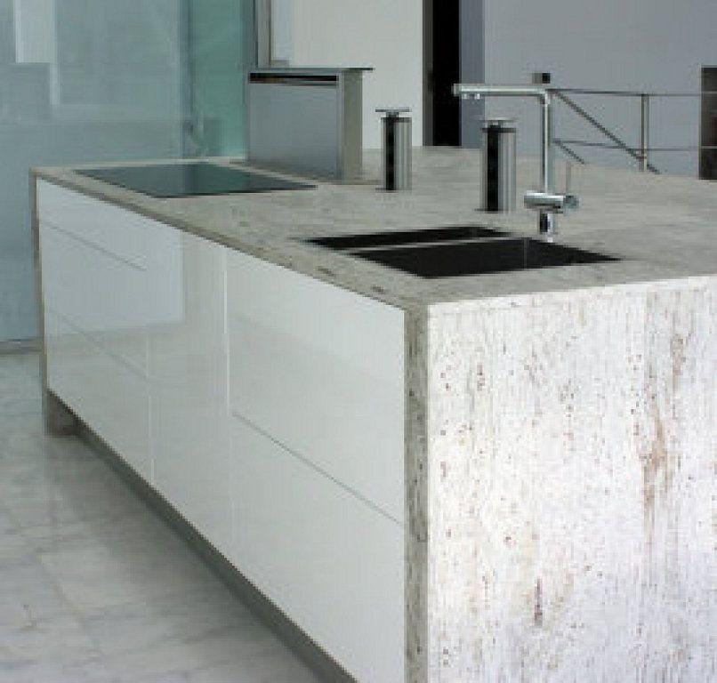 Cocina blanca con encimera de granito y extractor de