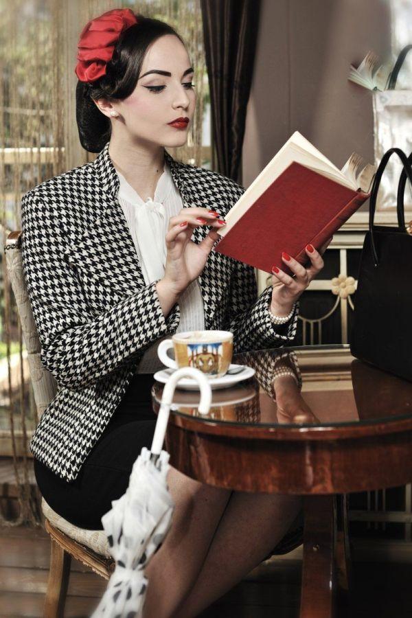 Idda Van Munster Reading In Cafe
