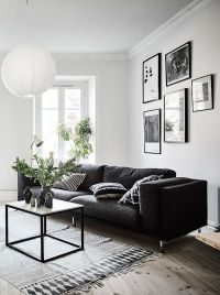 Living room in black, white and gray with nice Gallery ...