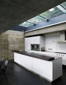Love the off form concrete and retractable skylight over kitchen island cemetaries scare me but this house which is situated on one makes it look also bb fe db eb    de    pixeles arq rh pinterest