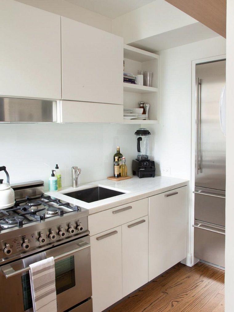 electrodomesticos de acero en la cocina pequea moderna