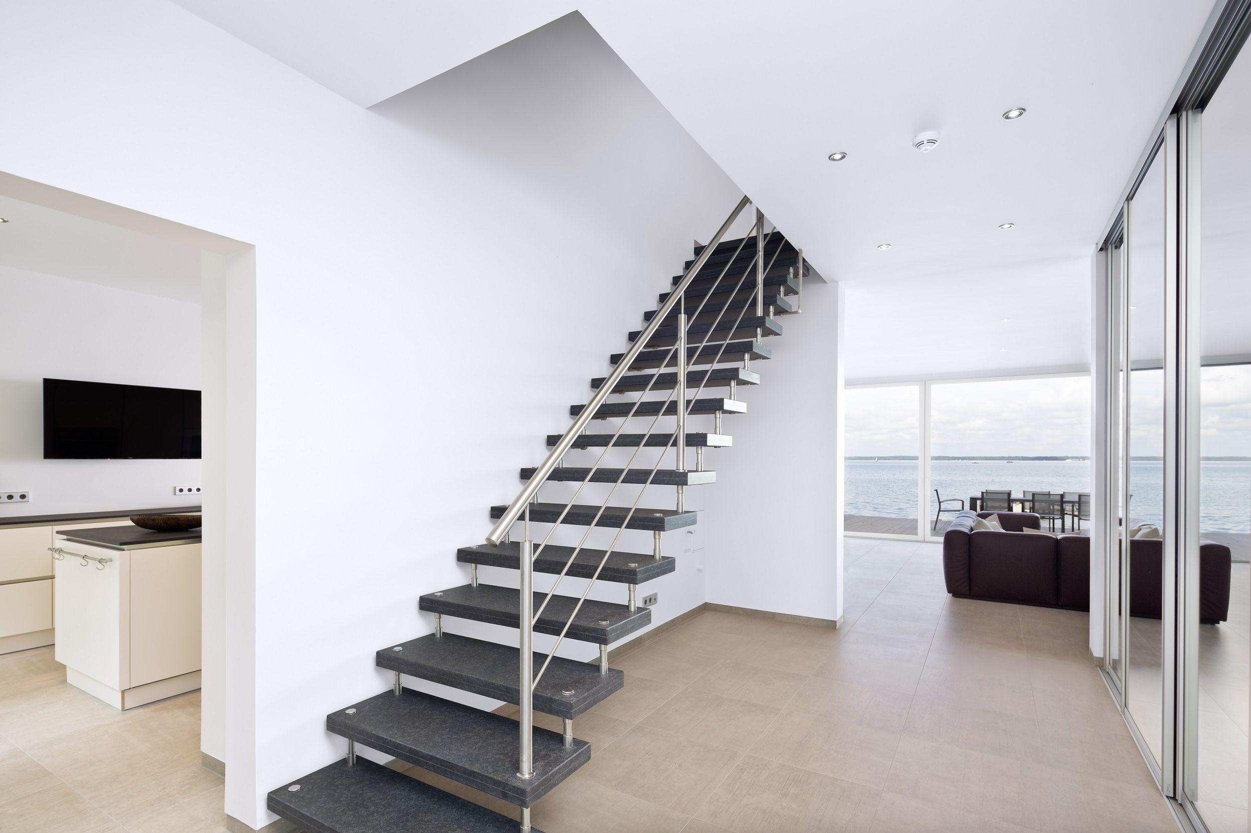 Raumprägend Sind In Der Diele Die Granit-Treppe Und Der Große