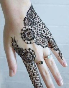 b7d2106def1d3 Mehndi is one of the women craziest art which applied to hands palms check  out some
