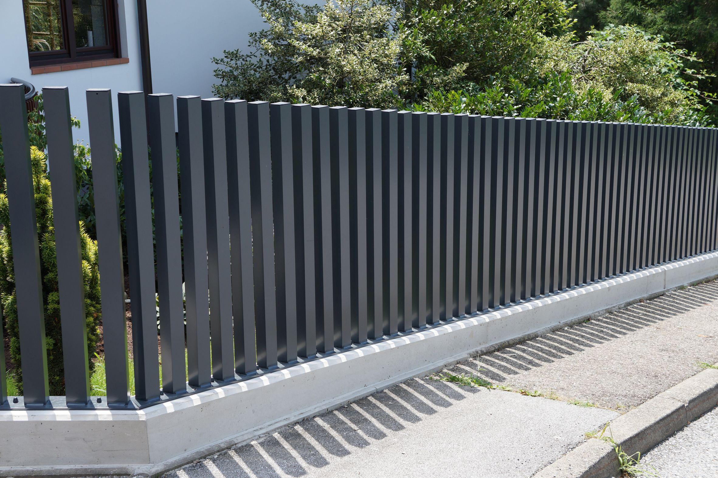 Ein Eleganter Zaun Mit Einem Au Ergewohnlichen Design Dieser Zaun Aus Aluminium Ist Ein Highlight Fur