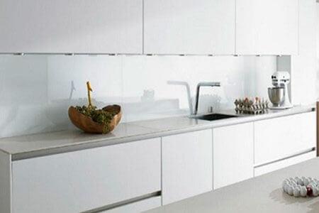 Küchenrückwand und Spritzschutz aus Kunststoff statt herkömmlicher