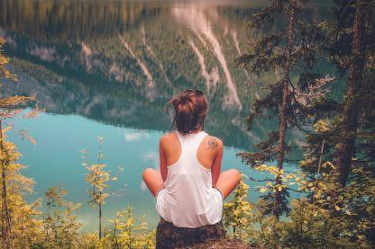 坐在山上的女生