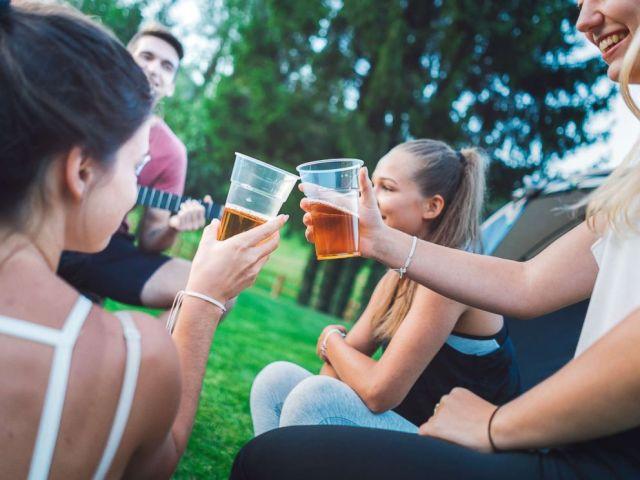 FOTO: Junge Leute trinken Bier im Freien in einem undatierten Foto.
