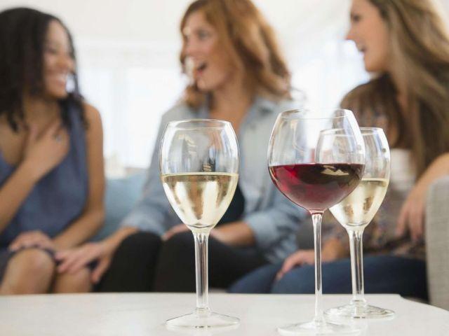 FOTO: Frauen sind mit Weingläsern auf einem undatierten Foto abgebildet.