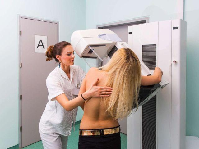 PHOTO: Dans cette photo non datée, une infirmière avec une jeune femme ayant une mammographie.