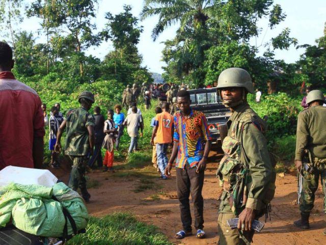 FOTO: Patrouillen der kongolesischen Soldaten in einem Gebiet, in dem Zivilisten von Rebellen der Alliierten Demokratischen Kräfte in Beni (Ostkongo) am 5. Oktober 2018 getötet wurden.
