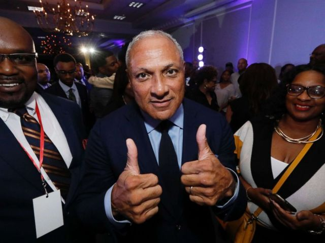PHOTO: Mike Espy gives a thumbs up following his speech before a crowded ballroom in Jackson, Miss., Nov. 6, 2018.