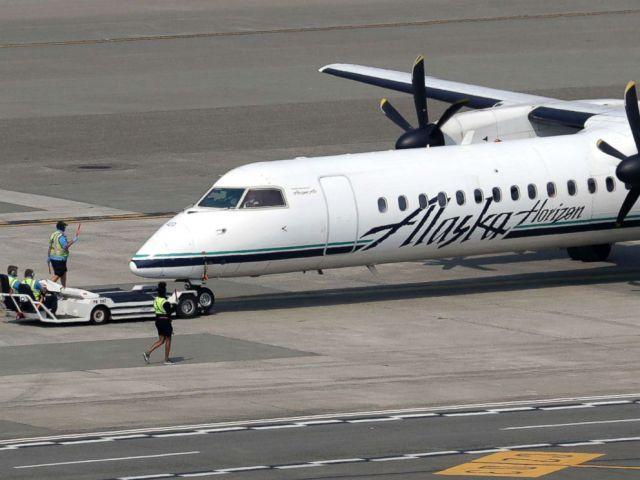 FOTO: Ein Horizon Air Q400-Turboprop-Flugzeug, Teil der Alaska Air Group, wird am Flughafen Seattle-Tacoma International Airport in SeaTac, Washington, am 13. August 2018 in Position gebracht.