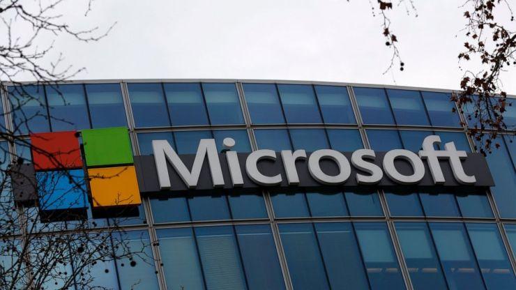 ARCHIVO - Esta fotografía de archivo del 8 de enero de 2021 muestra el logotipo de Microsoft exhibido fuera de la sede en París.  El negocio de Microsoft superó las expectativas de Wall Street durante los primeros tres meses de 2021, gracias a la demanda constante de su software y servicios en la nube.