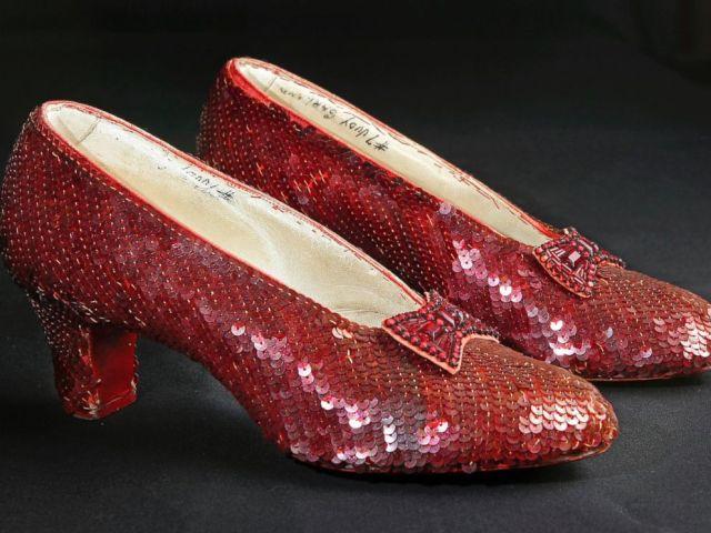 PHOTO: Les pantoufles de rubis à paillettes portées par Judy Garland dans The Wizard of Oz sont photographiées dans les bureaux de Profiles in History à Calabasas, en Californie, le 9 novembre 2001.