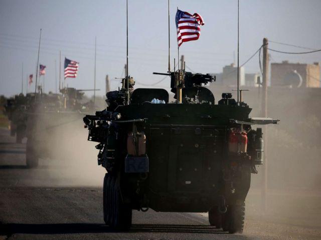 FOTO: Ein Konvoi aus US-Truppen fährt nahe dem Dorf Yalanli am westlichen Stadtrand der syrischen Nordstadt Manbij am 5. März 2017.