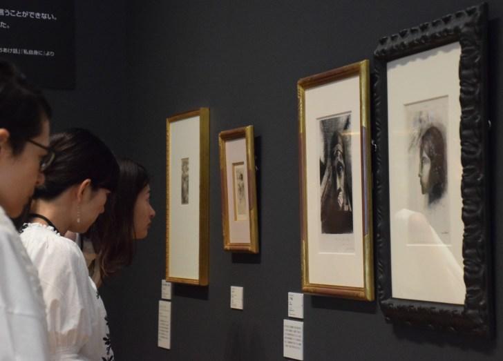 「ルドン ひらかれた夢」展で版画に見入る来館者たち=ポーラ美術館