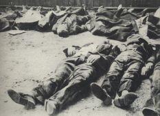 Cywile zamordowani podczas powstania warszawskiego przez dirlewangerowców na Woli.