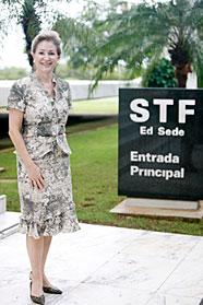 Ministra Ellen Gracie indo para inauguração da Central de Atendimento. (04/03/2010) - Gil Ferreira/SCO/STF
