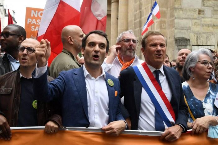 Manifestación a la altura de la calle del Museo del Louvre, en París, el 17 de julio de 2021.