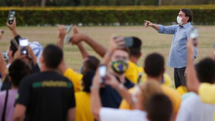 Bolsonaro, sin superar el virus, recibe a cientos de sus ...