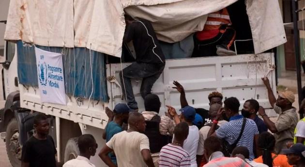 Un empleado sube a un camión del Programa Mundial de Alimentos para repartir comida a los damnificados del terremoto, en Camp Perrin, Haití, el 20 de agosto de 2021. En la misma jornada, al menos cuatro camiones de la ONG internacional Food For The Poor fueron saqueados en la carretera del Sur cuando se disponían a entregar ayuda a las víctimas del sismo del pasado 14 de agosto.