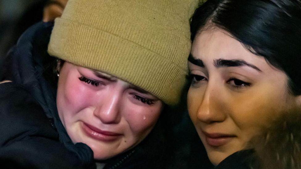 Dos jóvenes lloran durante una ceremonia celebrada en Toronto, Canadá, el 10 de enero de 2020, en homenaje a las víctimas del avión ucraniano que se estrelló en Teherán, Irán, dos días antes.