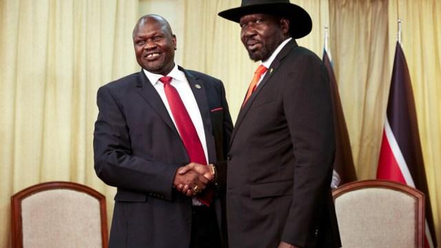Salva Kiir et Riek Machar lors d'une rencontre au palais présidentiel sud-soudanais le 19 octobre 2019.