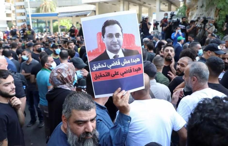Partidarios de los grupos chiítas libaneses Hezbolá y Amal participan en una protesta contra Tarek Bitar, el juez principal de la investigación de la explosión del puerto, cerca del Palacio de Justicia en Beirut, Líbano, el 14 de octubre de 2021.
