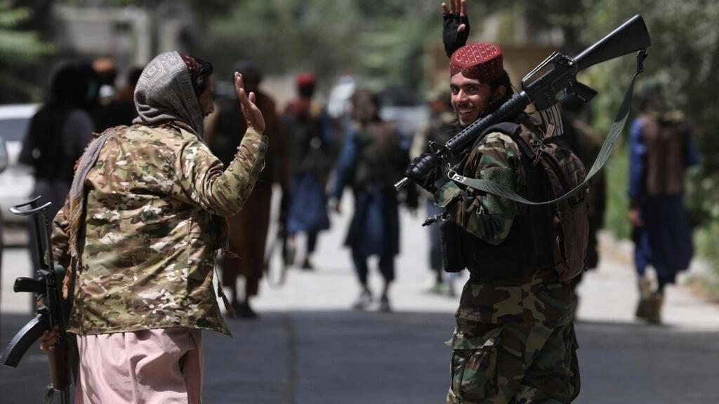 El poder talibán se ha hecho prácticamente efectivo en la mayoría del país. En esta foto aparecen dos militantes armados en Kabul, Afganistán, el 18 de agosto de 2021.