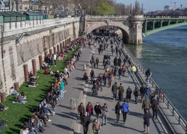 Gente en la orilla del río Sena, en París, Francia, el 31de marzo de 2021.