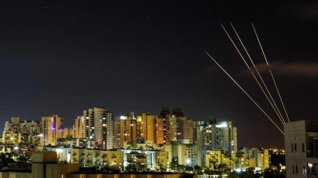Se observan ráfagas de luz cuando el sistema antimisiles Cúpula de Hierro de Israel intercepta cohetes lanzados desde la Franja de Gaza hacia Israel. En Ashkelon, Israel, el 18 de mayo de 2021.