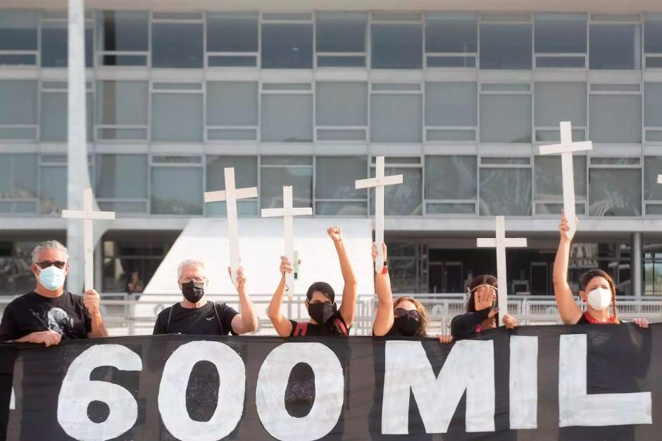 Manifestantes protestan contra el manejo de la pandemia por parte del Gobierno del presidente Jair Bolsonaro y en homenaje a las 600.000 muertes por Covid-19 que registra el país suramericano, el 8 de octubre de 2021 en Brasilia, Brasil.