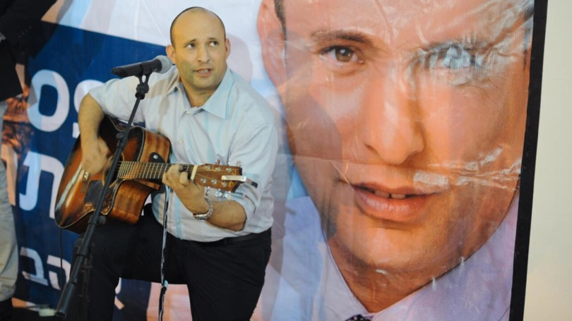 Naftali Bennett, leader du Foyer juif, a tenu meeting dans la colonie de Kfar Etzion, au son de sa guitare, le 12 mars 2015.