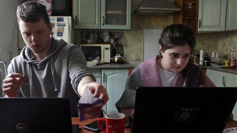 Dos personas trabajan desde casa durante el brote de la enfermedad por coronavirus (COVID-19), en Gdynia, Polonia, el 16 de marzo de 2020.