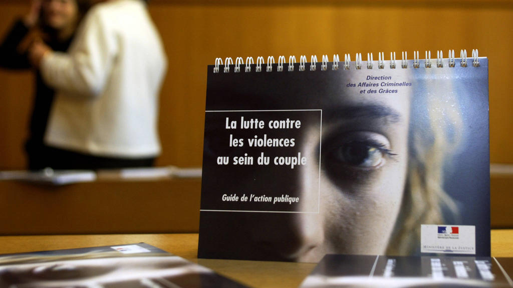 A French booklet on domestic violence from November 2004.