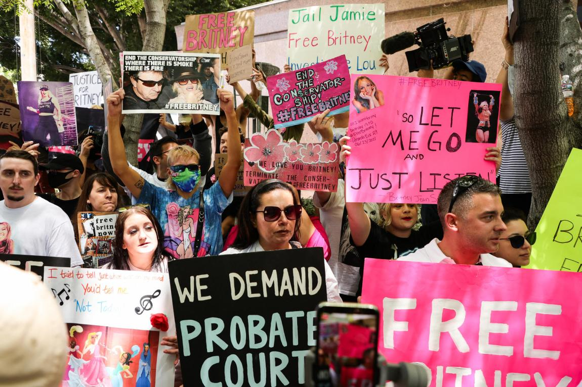 Britney Spears fans demand the release of the guardianship that weighs on the singer in the Los Angeles court where the hearing was held, on June 23, 2021.