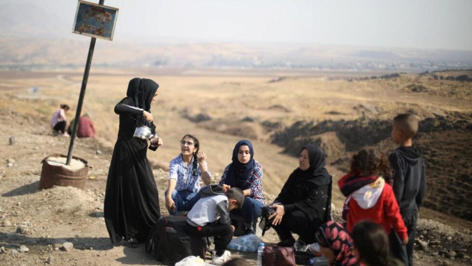 Des déplacés kurdes bloqués à la frontière syro-irakienne, au point de passage de Semalka, à proximité de la ville de Derik, en Syrie, le 21 octobre 2019.