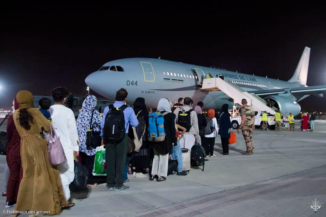 Afganos esperando a abordar un avión militar A330 con dirección a París.