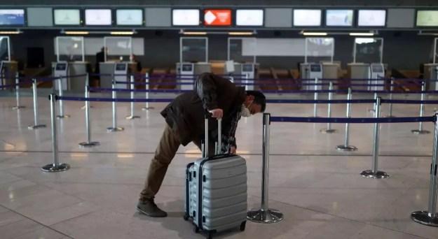 Archivo-Un pasajero espera en el área de salidas de la Terminal 2E del aeropuerto Charles-de-Gaulle en medio del brote del Covid-19, en Roissy, cerca de París, Francia, el 2 de abril de 2021.