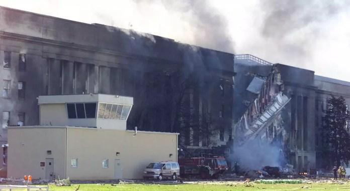 Archivo-El humo sale del Pentágono después de que un avión se estrellara contra él, pocos minutos después de que otros dos aviones secuestrados también chocaran deliberadamente contra las torres gemelas. En Washington D.C., EE. UU., el 11 de septiembre de 2001.
