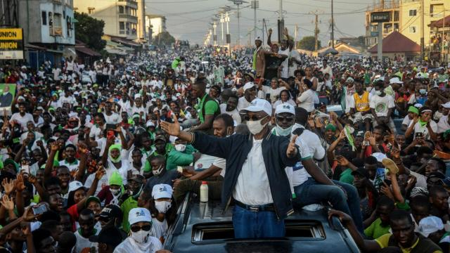 Main opposition candidate Cellou Dalein Diallo gestures to supporters in Conakry on October 15, 2020.