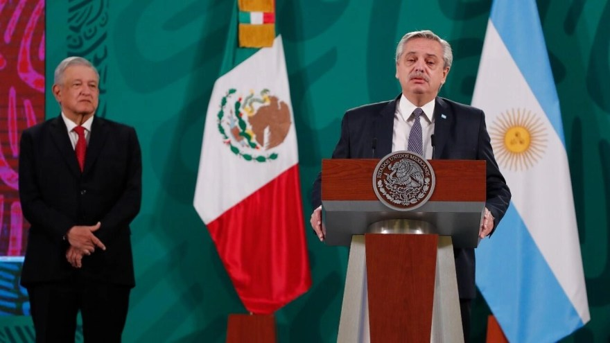 """Fernández tilda de """"payasada"""" la 'vacunación VIP'; AMLO exige acceso  equitativo a los antídotos"""