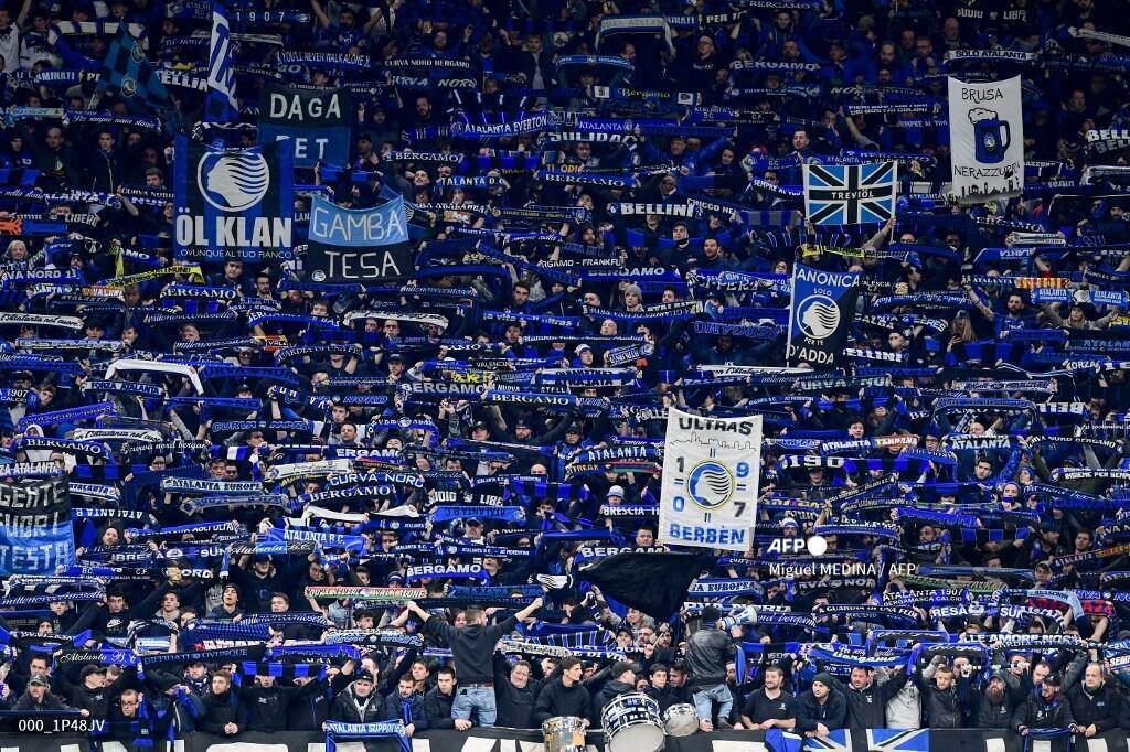 Atalanta fans cheer during the UEFA Champions League round of the Atalanta Bergamo vs.  Valencia on February 19, 2020 at the San Siro stadium in Milan.