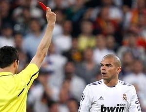 Pepe recebe o cartão vermelho (Foto: Reuters)