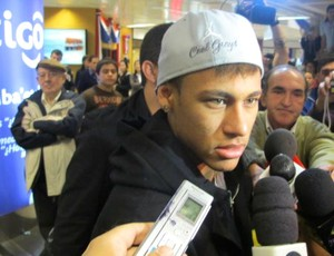 Neymar no desembarque do Santos no Paraguai (Foto: Adilson Barros / Globoesporte.com)